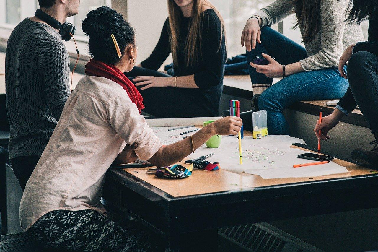 Ensinar jovens a criar uma empresa